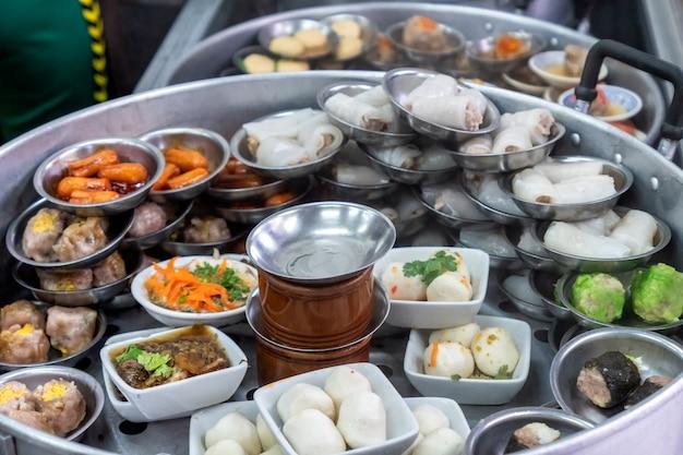 Различные традиционные китайские блюда дим-сам, приготовленные на пару в горшочке