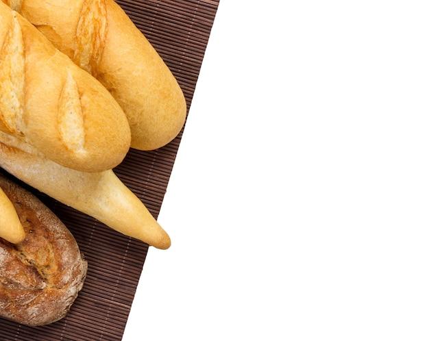 Различные французские багеты, изолированные на белом фоне.