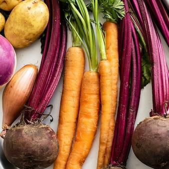 금속 쟁반에 있는 다양한 신선한 유기농 야채