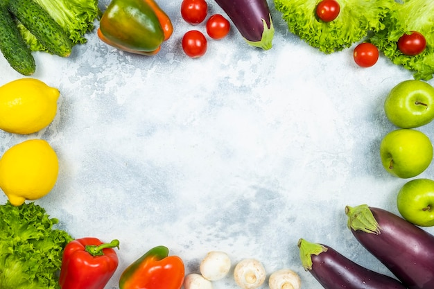 Различные свежие овощи и фрукты с рамкой. вид сверху