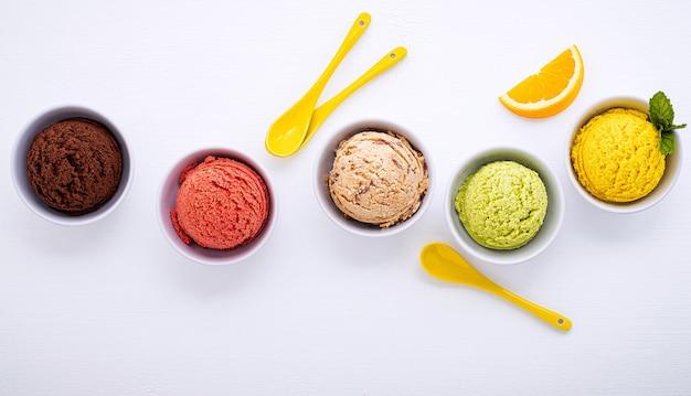 Различные шарики черники со вкусом мороженого на белом деревянном