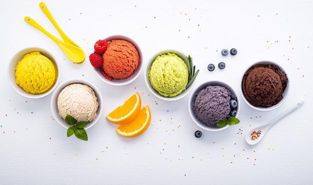 다양한 아이스크림 맛 볼 블루 베리 흰색 나무에 설정