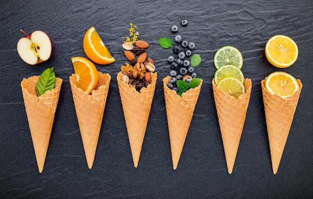 어두운 돌 위에 놓인 콘의 다양한 아이스크림 맛