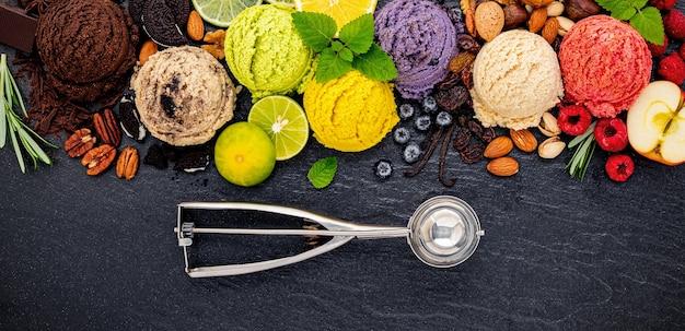 Различные ароматы мороженого на темном каменном фоне.