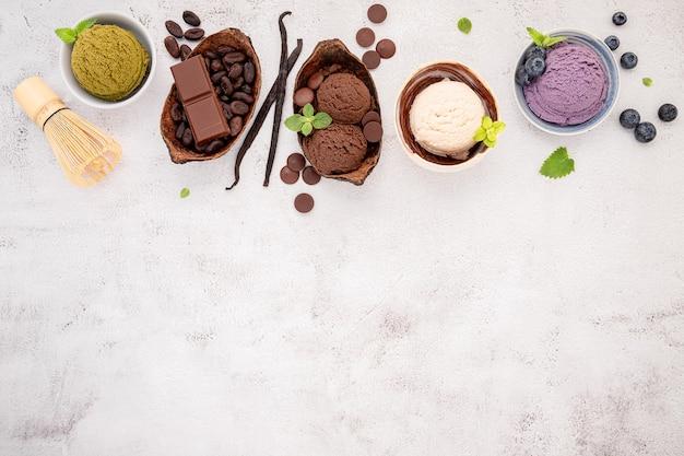 Различные вкусы мороженого в миске на белом каменном фоне