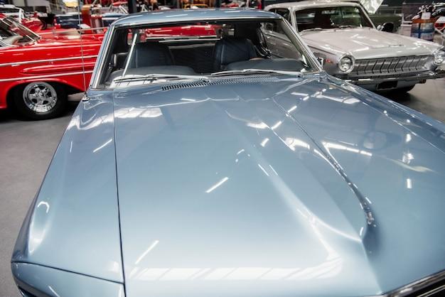 다양한 복고풍 자동차가 실내에서 보여줍니다.