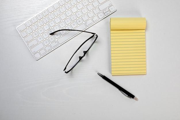 Различные офисные инструменты на столе