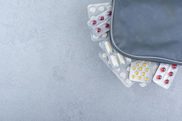バッグの中の医療用錠剤の様々なパック。
