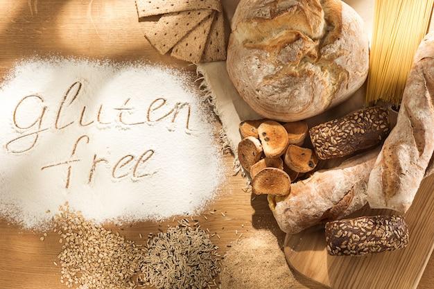 Vari pasta, pane e snack su superficie di legno