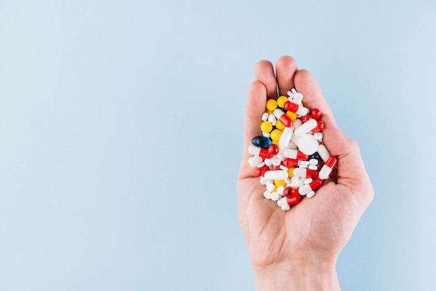 Varie pillole in mano