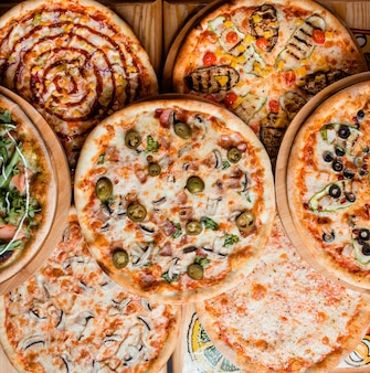 Varie pizze sul piano del tavolo vista