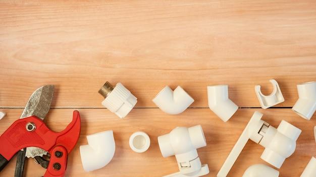 給水修理用のさまざまなプラスチックパイプとアダプター。