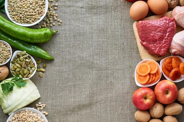 生地の背景に健康的なバランスの取れた食事のためのさまざまな製品