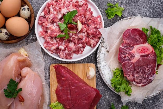 Различное сырое мясо, источники животного белка. концепция диеты хищника