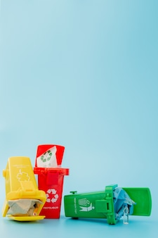 リサイクルマーク付きのさまざまなごみ箱