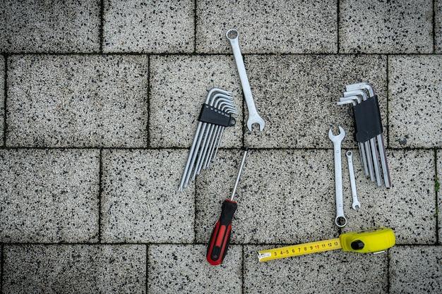 다양한 수리 도구. 남성의 필수품. 건물용 장비. 수리 도구 키트. 회색 배경 상위 뷰 패턴 복사 공간