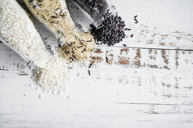 Различный рис, разбросанный по бутылкам