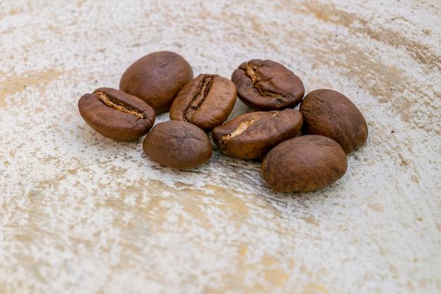고립 된 다양 한 볶은 커피 콩