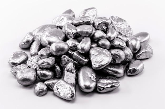 黒い表面にさまざまな粗い銀塊、銀色の石の質感。