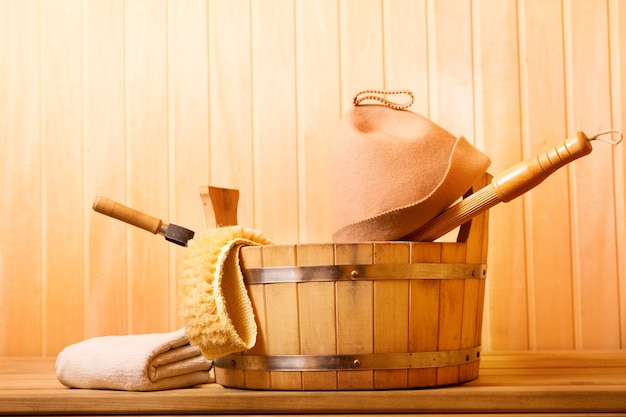 Различные аксессуары для сауны в деревянной сауне