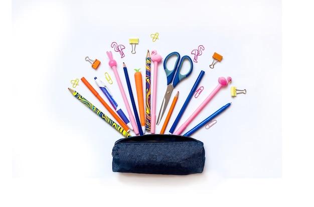 白い背景の教育または学校に戻って青い筆箱を持つさまざまな学校の文房具