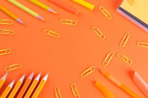 色付きの背景にさまざまな学用品