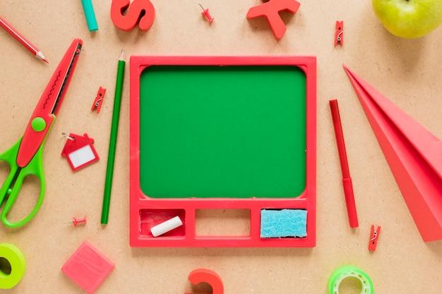 ベージュ色の背景にさまざまな学用品