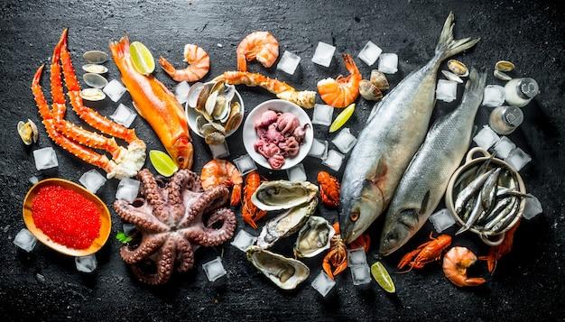Различные морепродукты со льдом.