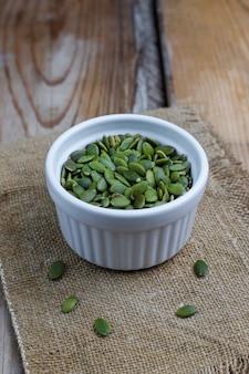 Различные семена - кунжут, семена льна, семена льна, семена тыквы, мак, чиа в мисках на деревенском. копировать