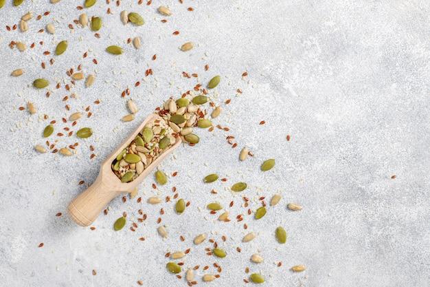 다양한 씨앗-참깨, 아마 씨앗, 해바라기 씨앗, 샐러드 용 호박 씨앗.