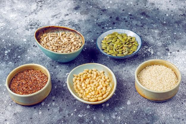 さまざまな種子-ゴマ、亜麻の種子、ヒマワリの種、サラダ用のカボチャの種