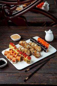 Varie selezioni di involtini di sushi