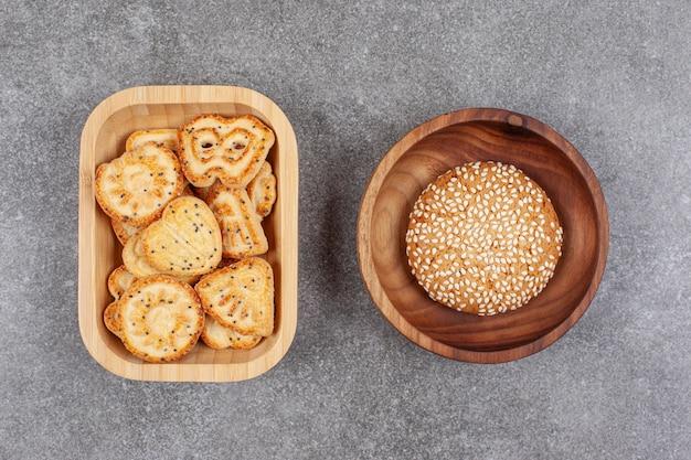 Vari biscotti a forma di e biscotto sulla superficie in marmo