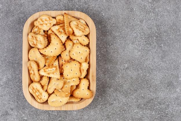 Vari biscotti a forma di sul piatto di legno