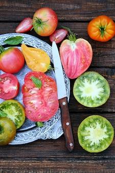 금속판에 토마토의 다양한 모양과 색상