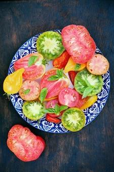 접시에 토마토의 다양한 모양과 색상