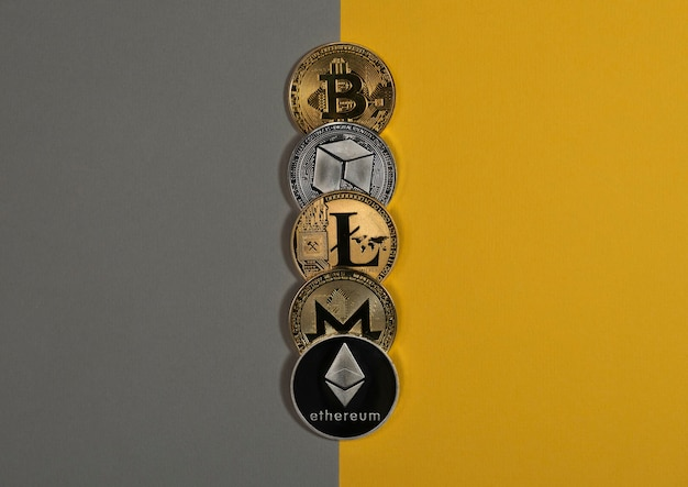Различные блестящие монеты криптовалюты криптовалюта биткойн litecoin eth monero и neo на желтом и ...