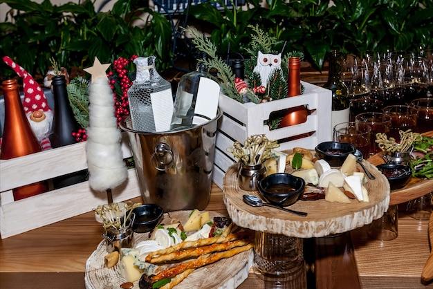 뷔페 테이블을 위한 축하 테이블에 안경에 다양한 스낵과 알코올이 있습니다.