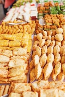 Различные закуски продаются на уличном рынке рамадан в джакарте