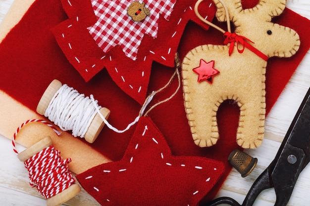 자신의 손으로 만든 크리스마스 휴가를위한 다양한 부드러운 장난감. 선물 및 도구의 배경에 대한 상위 뷰