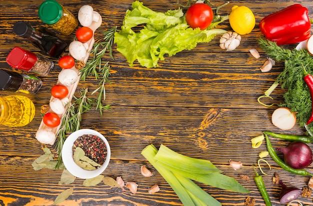 다양한 양념 통, 양상추, 부추, 양파, 고추, 버섯, 토마토 및 기타 야채