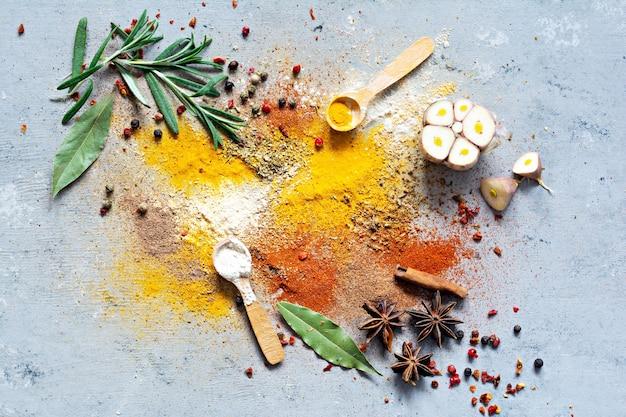 파란색 배경에 다양 한 향신료 분말입니다. 인도 및 아시아 요리.