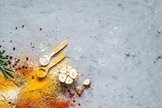 다양한 향신료 분말 (파프리카, 카레, 고수풀, 생강, 말린 양파 및 마늘, 강황, 계피, 후추, 아니스) 및 허브