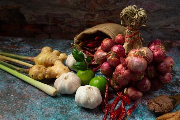 Varie spezie ed erbe aromatiche per cucinare sul nero