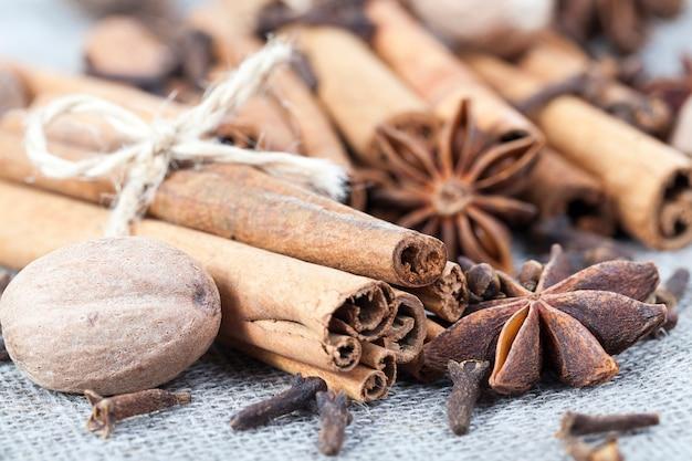 근접 촬영, 식탁보 배경 요리에 사용되는 다양한 향신료