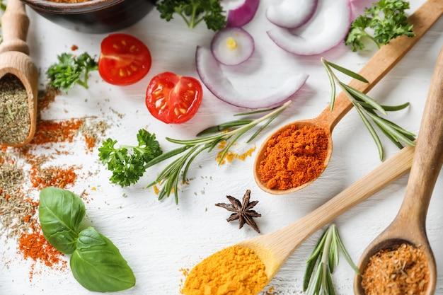 木製の背景にハーブや野菜と様々なスパイス