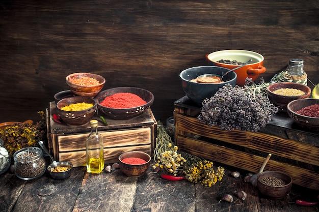 다양 한 매운 향신료와 허브 나무 테이블에.