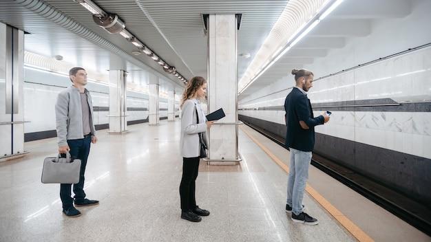 기차 도착을 기다리는 다양한 지하철 승객