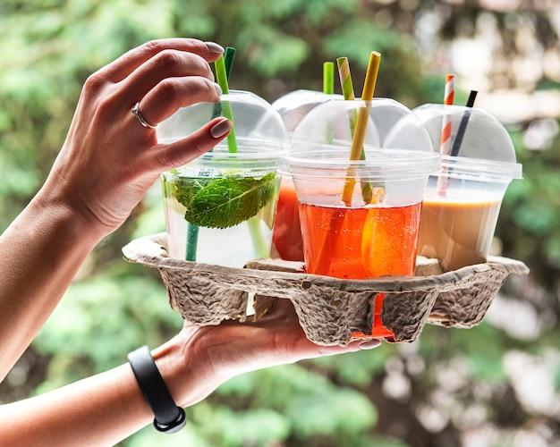 Различные летние прохладительные напитки и коктейли