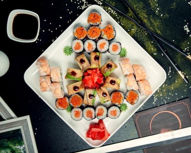 プレート上のさまざまな寿司ロール